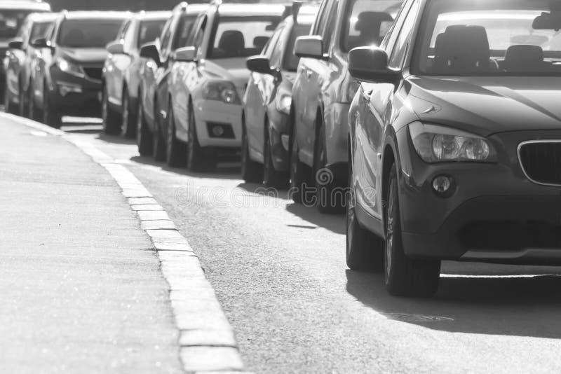Stau auf der Landstraße, Schwarzweißbild stockfotos