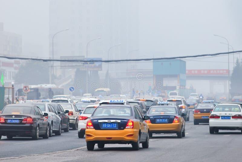 Stau im Smog bedeckte Stadt, Peking, China lizenzfreies stockfoto