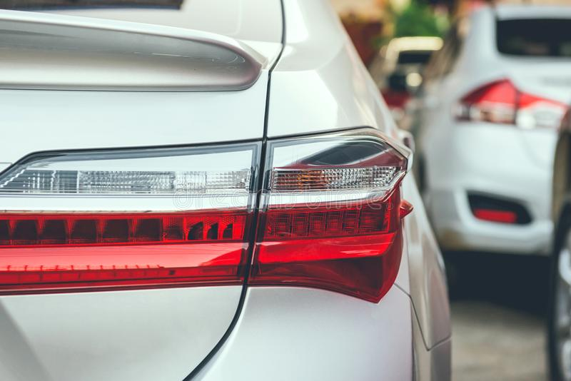 Stau mit Reihen von Autos während der Hauptverkehrszeit auf Straße lizenzfreie stockbilder