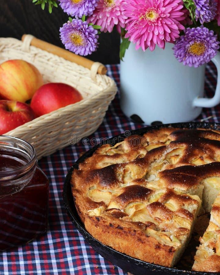 Stau und Apfelkuchen Charlotte Nahrungsmittelnoch Leben stockfotografie