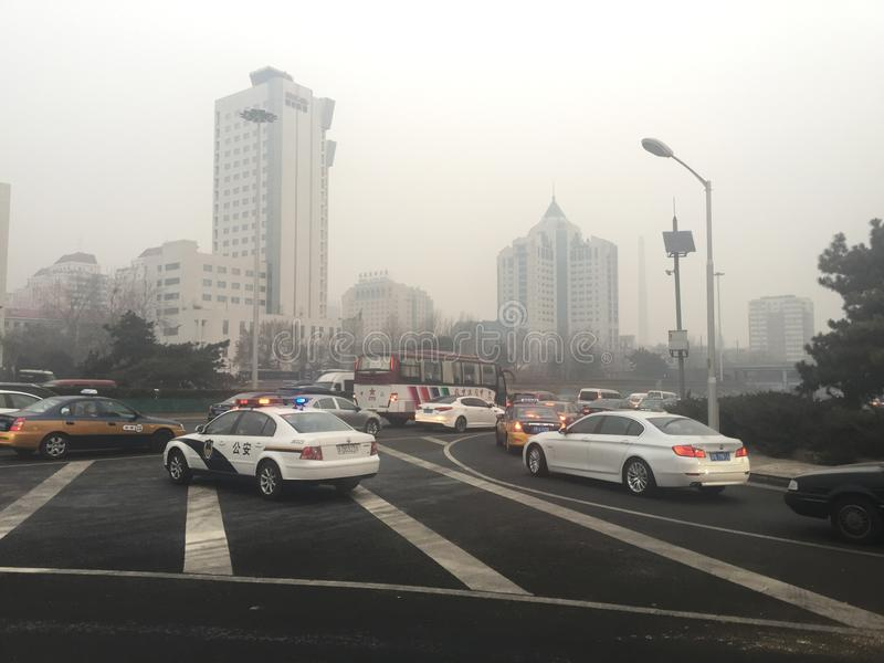 Stau und Dunst starken Verkehrs Pekings lizenzfreies stockbild