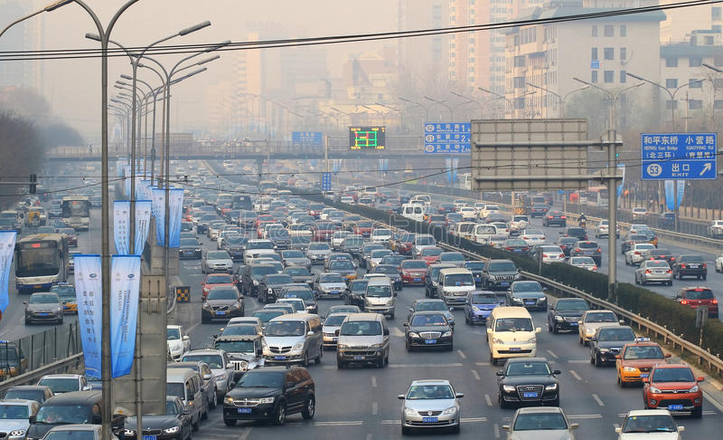 Stau- und Luftverschmutzung starken Verkehrs Pekings stockfotos