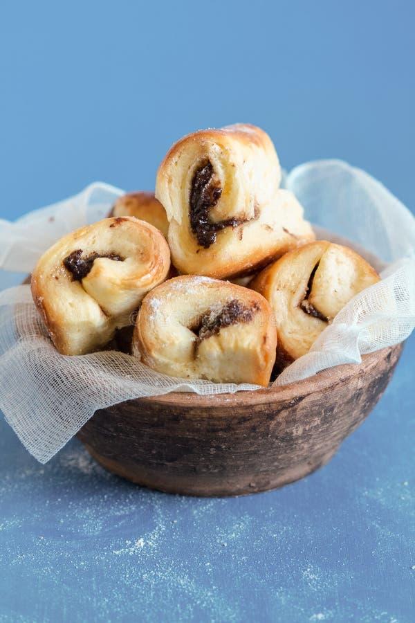 Stau und Nutella füllten Rolls gerade aus Oven Blue Background heraus stockfotografie