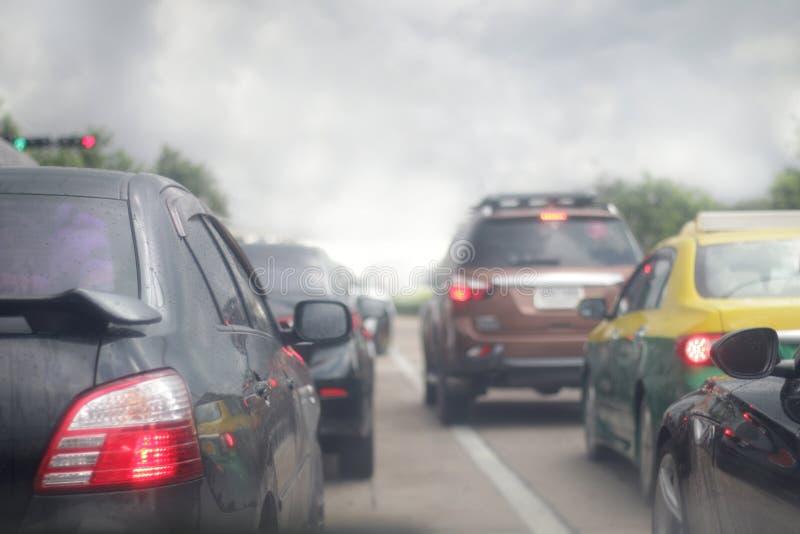 Stau von Autos, Smogverschmutzung auf der Straße, Unschärfebild stockfotos