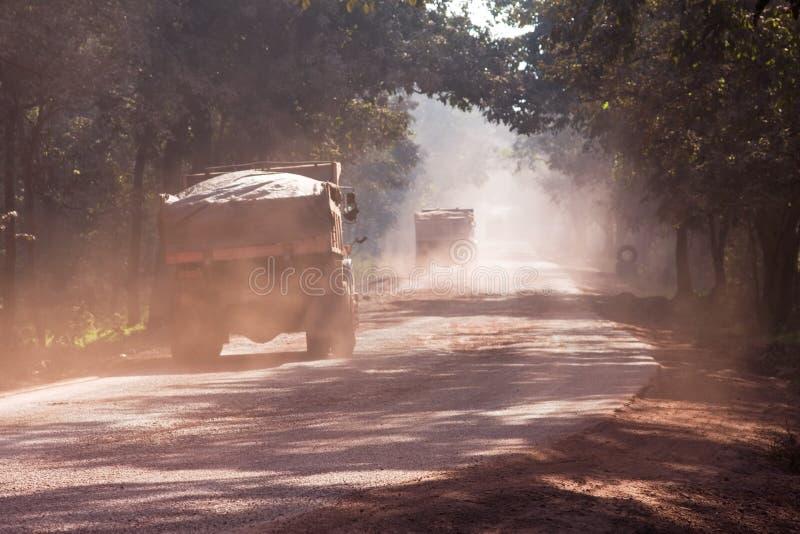 Staub auf Straße in Indien stockbilder