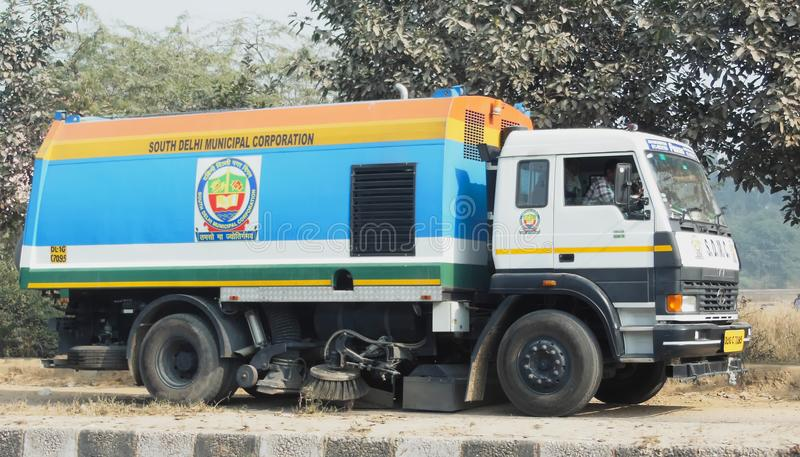 Staub saugen Sie Staubreiniger-Kehrmaschine-LKW Delhi Indien am 30. Dezember 2017 South Delhi Municipal Corporation lizenzfreies stockbild
