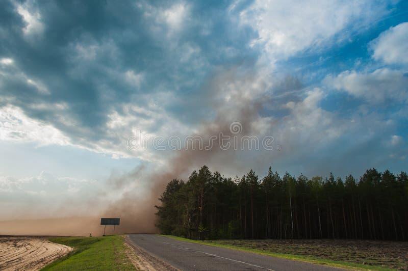 Staub steigt oben in den Wind, ein Sturm auf der Straße, stockfotografie