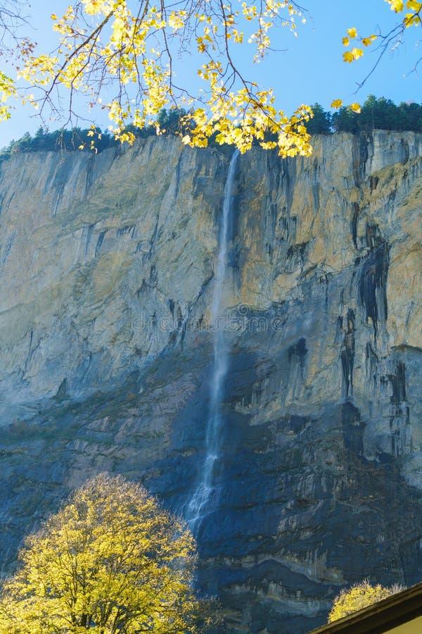 Staubbach秋天,在卢达本纳村庄,贝尔讷附近的瀑布 免版税库存图片