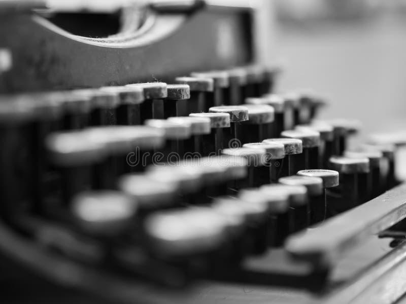 Staubige antike Schreibmaschine mit Fokus auf den Schlüsseln im Schwarzen und im whi lizenzfreie stockbilder