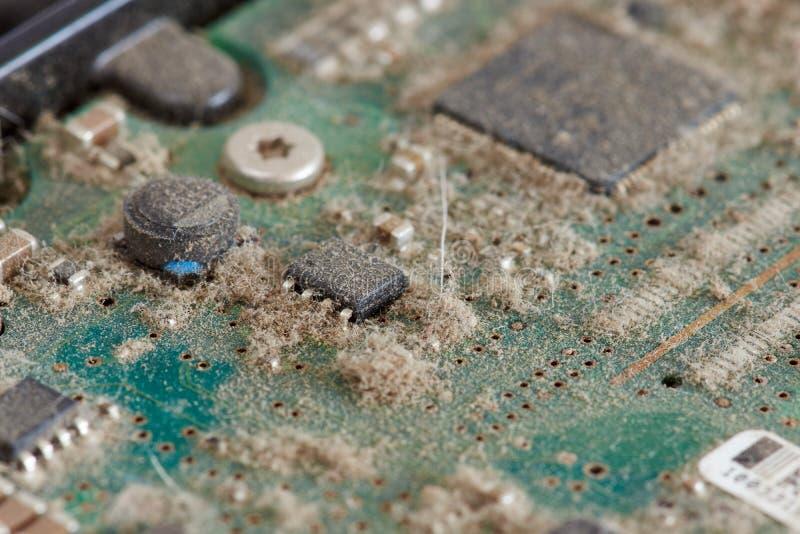 Staubige Leiterplatte von den Festplattenlaufwerken - Reihe des Computers zerteilt stockfotos