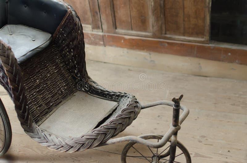 Staubiger antiker Rollstuhl stockfoto