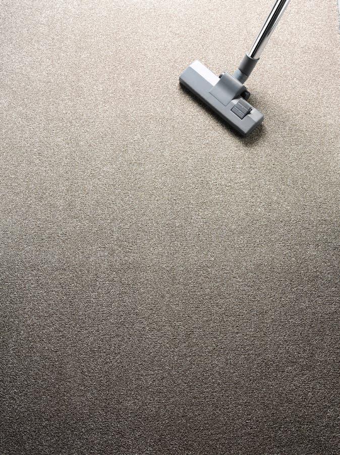 Staubsauger auf einem Teppich lizenzfreie stockfotos