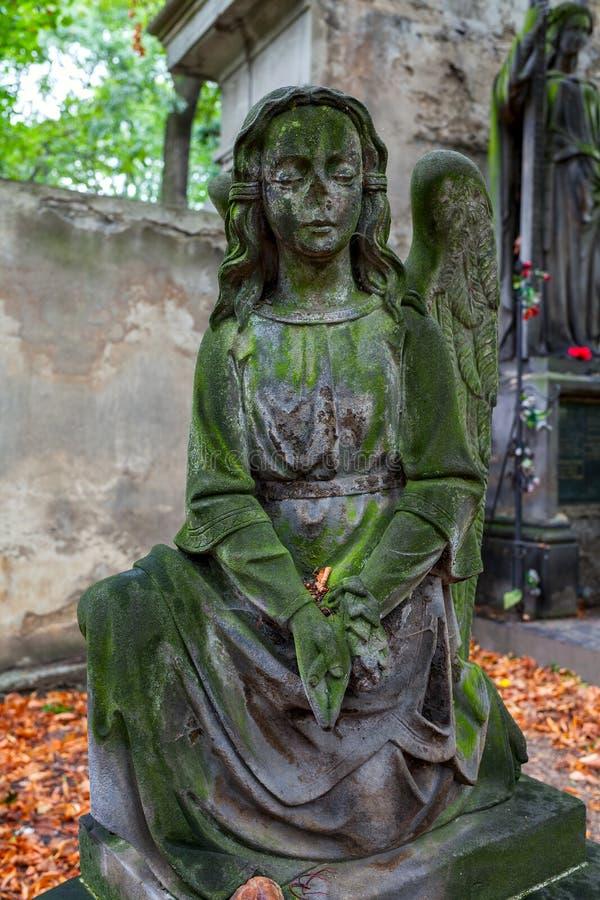 Staue auf altem Kirchhof in Prag lizenzfreie stockbilder