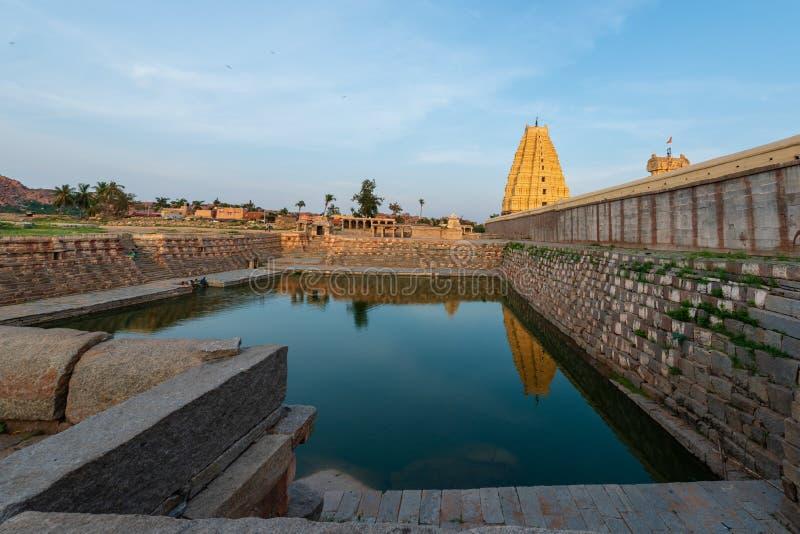 Stauen Sie am Virupaksha-Tempel in Hampi, Indien im Abend lig lizenzfreie stockbilder