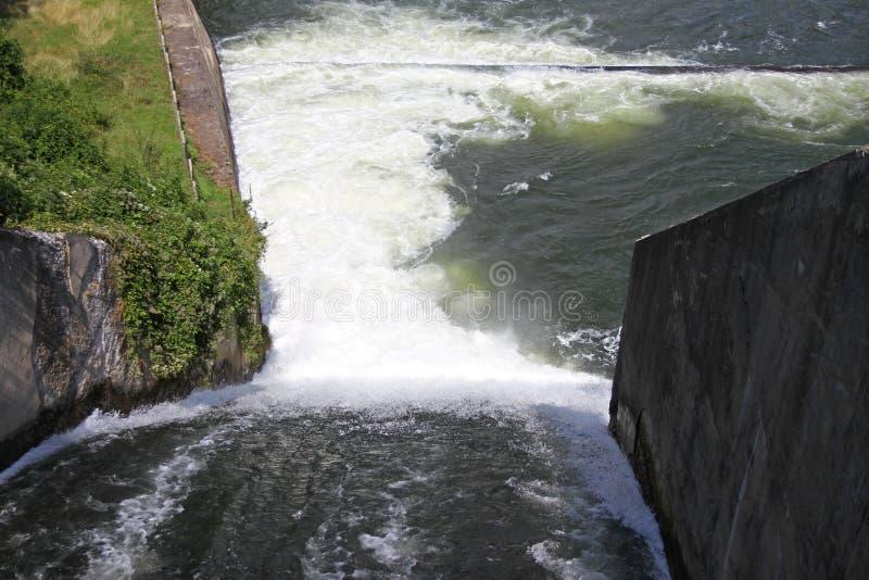 Staumauer und Überlauf von Iskar-Verdammung Wasser, das über eine Staumauer fließt Nebel, der über die Iskar-Staumauer steigt Kas stockfotografie