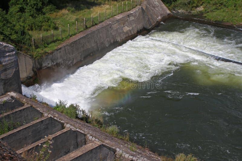 Staumauer und Überlauf von Iskar-Verdammung Wasser, das über eine Staumauer fließt Nebel, der über die Iskar-Staumauer steigt Kas stockfoto