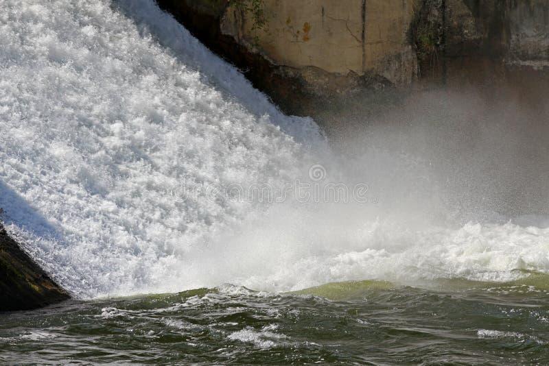 Staumauer und Überlauf von Iskar-Verdammung Wasser, das über eine Staumauer fließt Nebel, der über die Iskar-Staumauer steigt Kas stockfotos