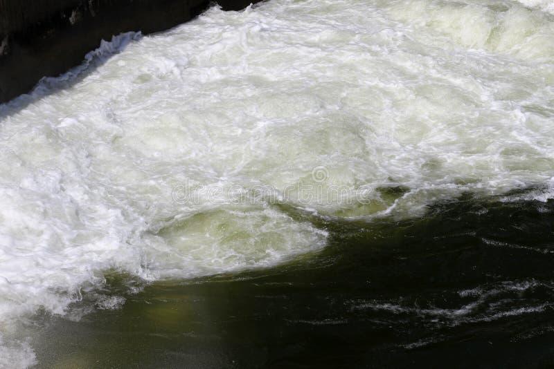Staumauer und Überlauf von Iskar-Verdammung Wasser, das über eine Staumauer fließt Nebel, der über die Iskar-Staumauer steigt Kas lizenzfreie stockfotografie