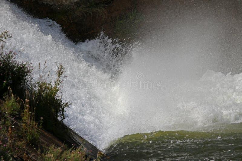 Staumauer und Überlauf von Iskar-Verdammung Wasser, das über eine Staumauer fließt Nebel, der über die Iskar-Staumauer steigt Kas stockbild