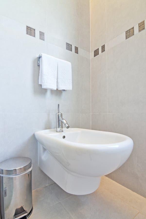 Stauraum und ein Bidet im Badezimmer. stockfoto