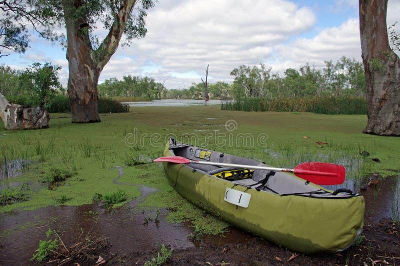 Stauwasser canoeing lizenzfreie stockfotos