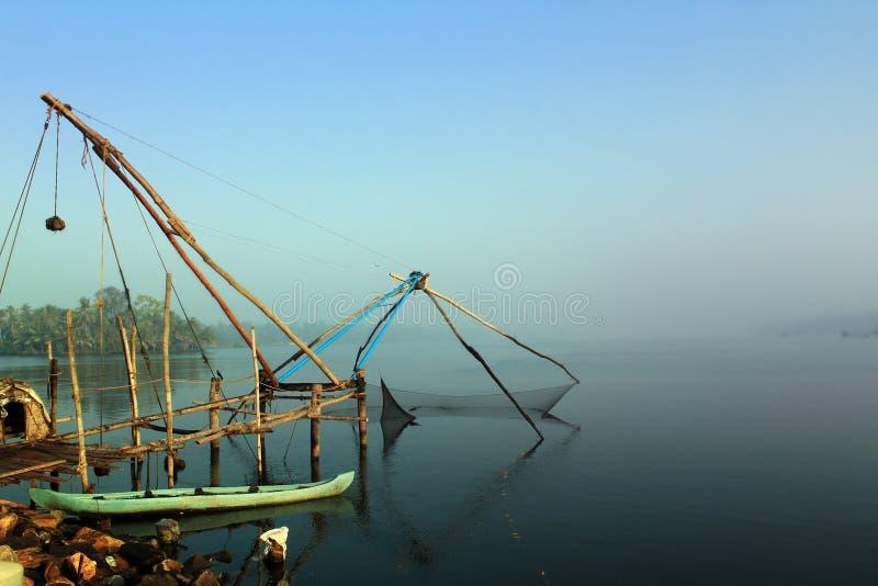 Stauwasser Kerala-Cochin mit chinesischem Fischernetz stockfoto