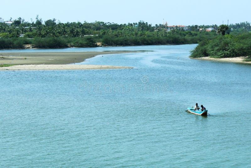 Stauwasser mit Fischerboot stockfotografie