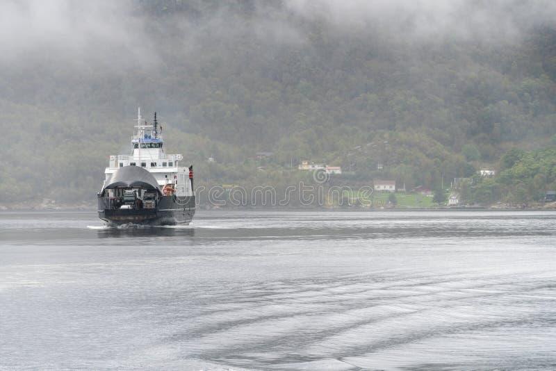 Stavanger aan Tau ferryship Stord die de fjord kruisen royalty-vrije stock fotografie