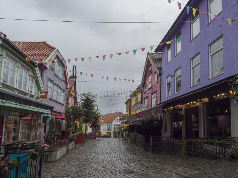 STAVANGER, NORGE, SEPTEMBER 9, 2019 : OVRE HOLMEGATE - The Colorful Street Det här är kanske den mest färgade gatan arkivbild