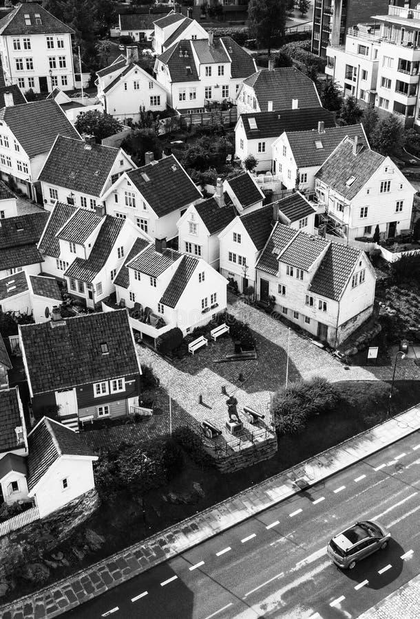 STAVANGER, NORUEGA - CERCA de 2016 - uma vista da cidade velha do ` s de Stavanger em Noruega Muitas casas norueguesas tradiciona fotografia de stock