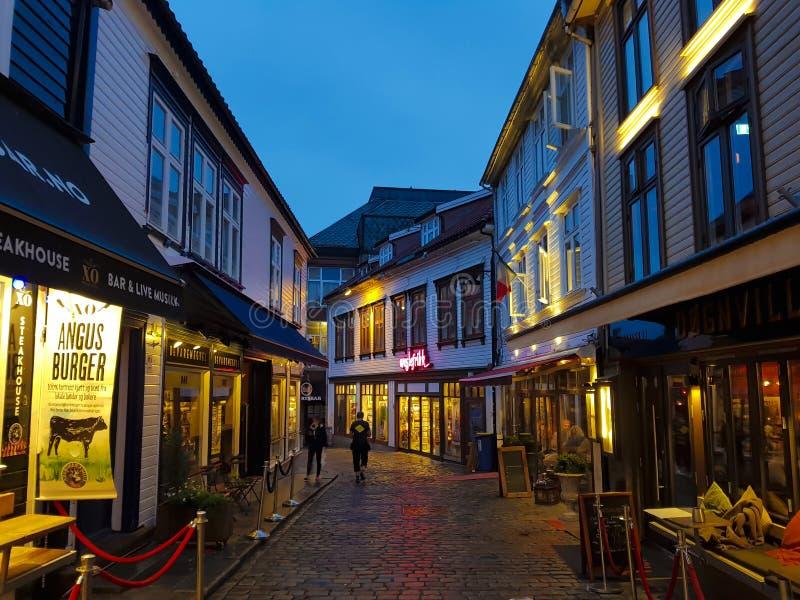 STAVANGER, NORVEGIA, IL 21 AGOSTO: Vecchie vie del ciottolo della città con lo sho fotografie stock