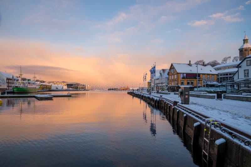 Stavanger-Stadtzentrum-Hafensonnenaufgangreflexionen stockbilder