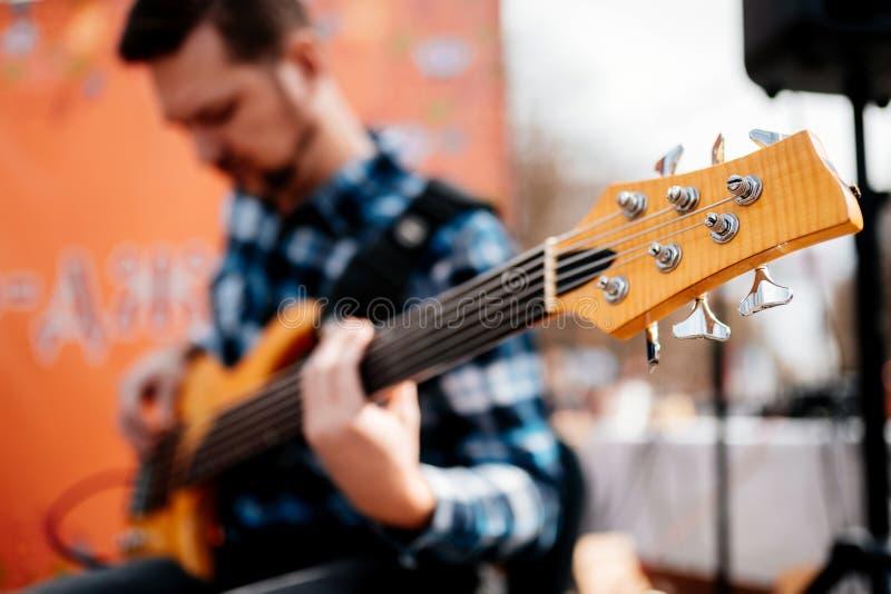 Stavropol Rosja, Marzec, - 20, 2019: Fotografia muzyka playng na sze?? smyczkowych fretless basowych gitarach na ulicie zdjęcia stock