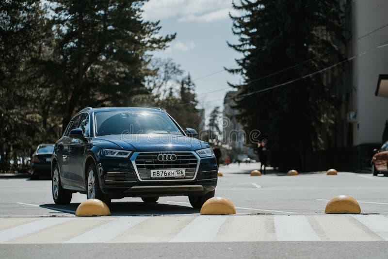 Stavropol, Rosja - 2019-03-26 Samochodu Audi Q5 pozycja na parking na ulicie blisko budynk?w w mie?cie zdjęcia royalty free