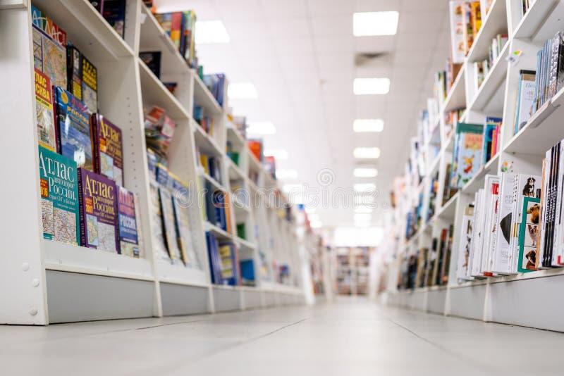 Stavropol, Rusia - 2 de abril de 2019 Libros en estantes en la librería, tienda de la tienda de la librería foto de archivo libre de regalías