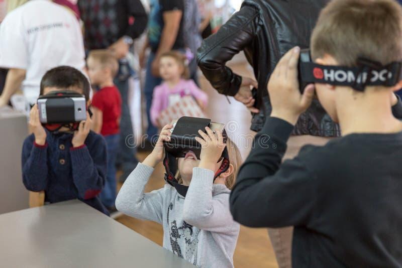 STAVROPOL', RUSSIA - 6 APRILE 2019 - bambini divertendosi con le cuffie avricolari di realtà virtuale nel museo del robot immagini stock