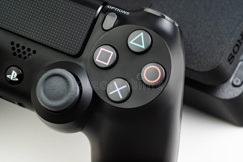 Stavropol Ryssland - 17 mars 2019 Closeupfoto av videospelkonsolen Sony Playstation 4 och kontrollanten Sony DualShok 4 royaltyfri fotografi