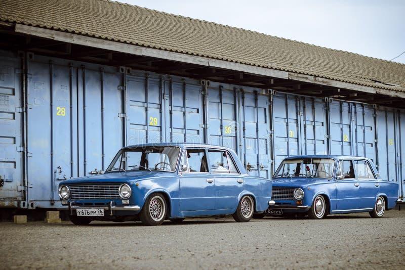 STAVROPOL RYSSLAND - SOMMAR 2014: Sovjetisk klassisk retro bil arkivfoton