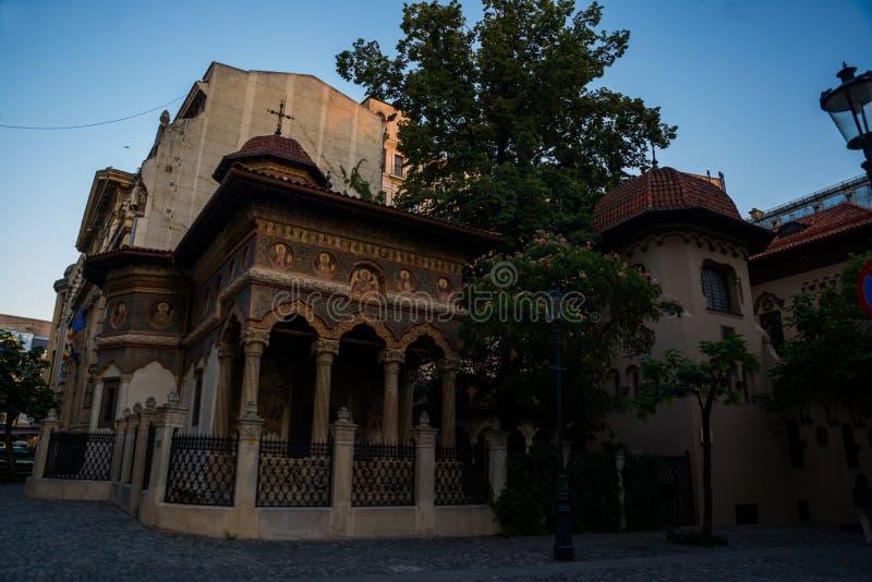 Stavropoleos-klostret, kyrkan St Michael och Gabriel i det gamla stadsområdet i Bucuresti, Rumänien arkivbilder