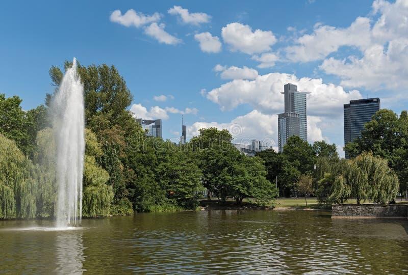 Staw i fontanna w Friedrich Ebert Anlage w Frankfurt, Niemcy obraz stock