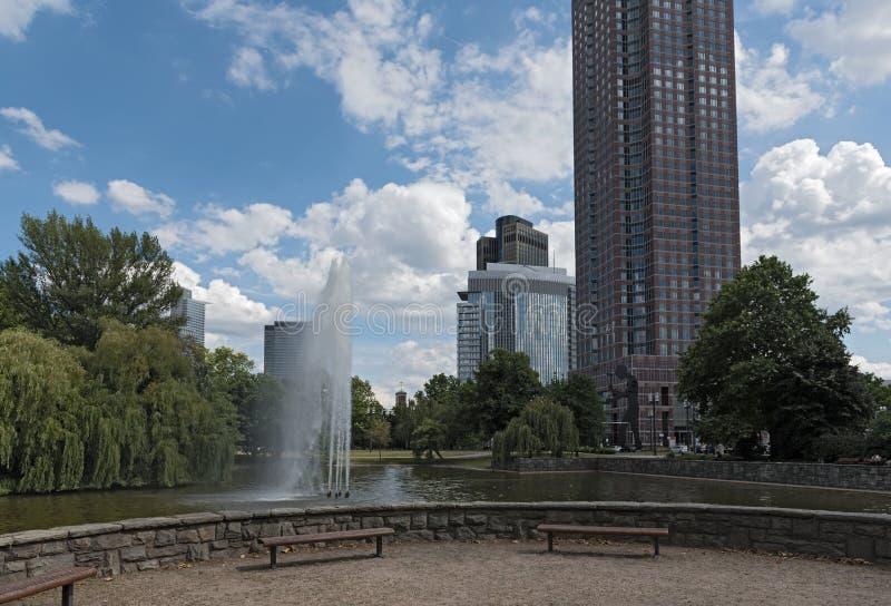 Staw i fontanna w Friedrich Ebert Anlage w Frankfurt, Niemcy zdjęcia royalty free