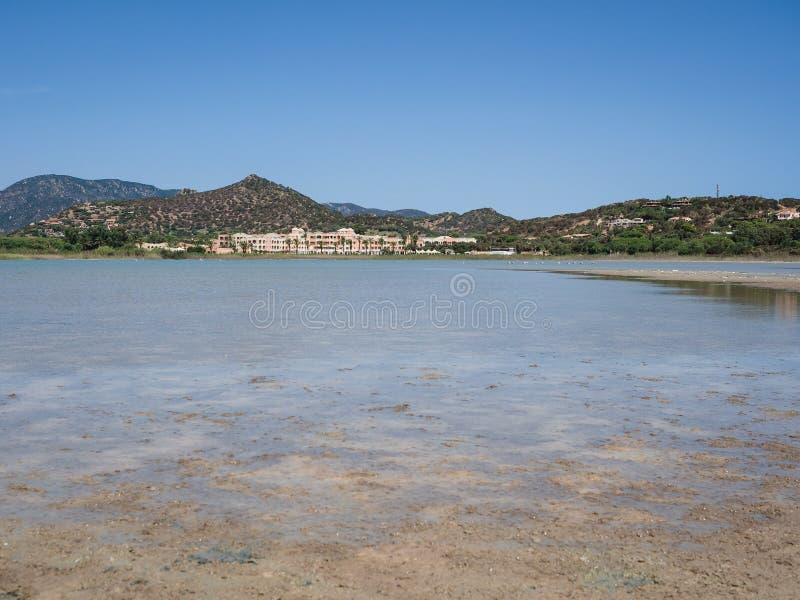 Staw Notteri w Villasimius w tle i miejscowości turystycznej Tanka wioska, Sardinia obraz stock