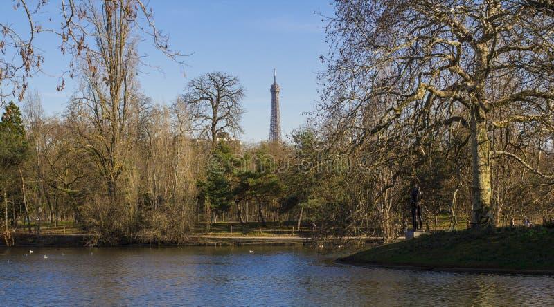 Staw w parku w Paryż Wieża Eifla - widok od Boulogne lasu obrazy royalty free