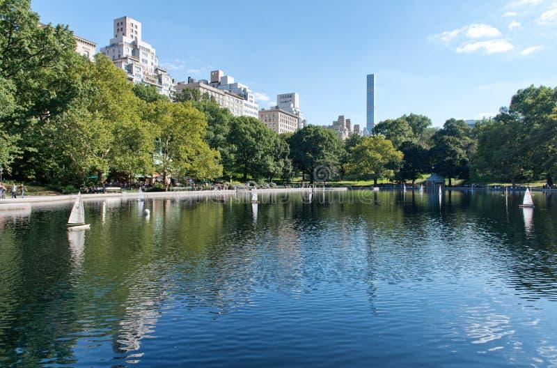 Staw z Wzorcowymi żaglówkami w NYC central park zdjęcie stock