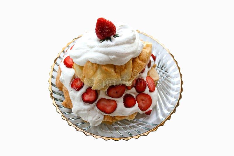 Stawberry dwa warstew pavlova robić beza, batożąca śmietanka i niski keto deser odizolowywający wyśmienicie - obrazy stock