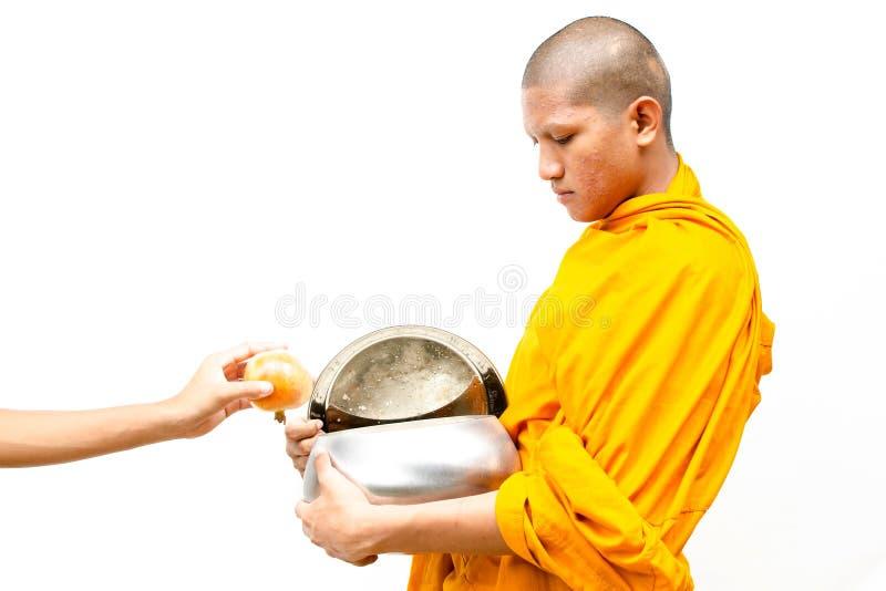 stawiać karmowe ofiary w mnichów buddyjskich datki rzucają kulą. zdjęcie royalty free