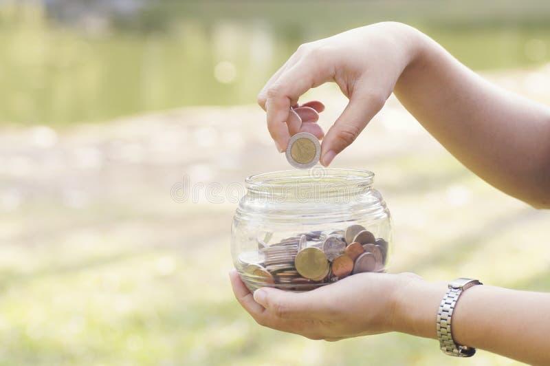 stawiać monety pojęcie bankowość, finanse i savings, obraz royalty free