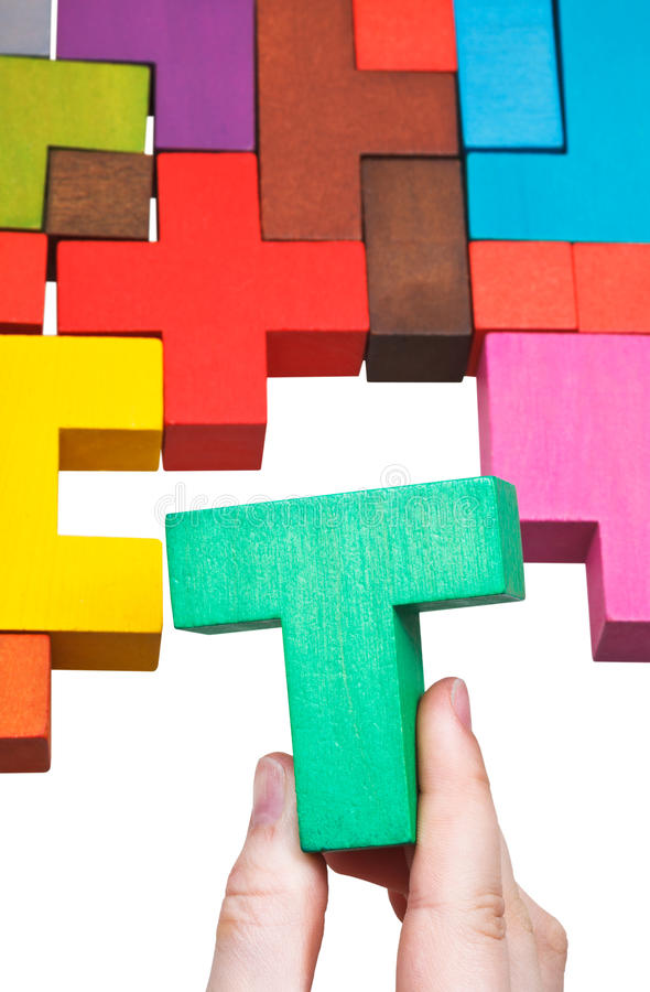 Stawiać Teowego blok w multicoloured łamigłówce fotografia stock