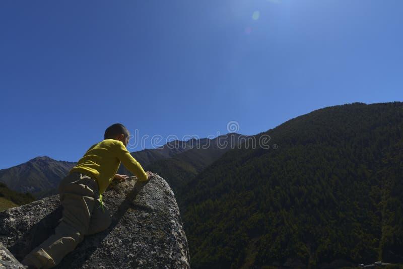 Stawia czoło dzieciaka na escarpment dopatrywaniu obrazy stock