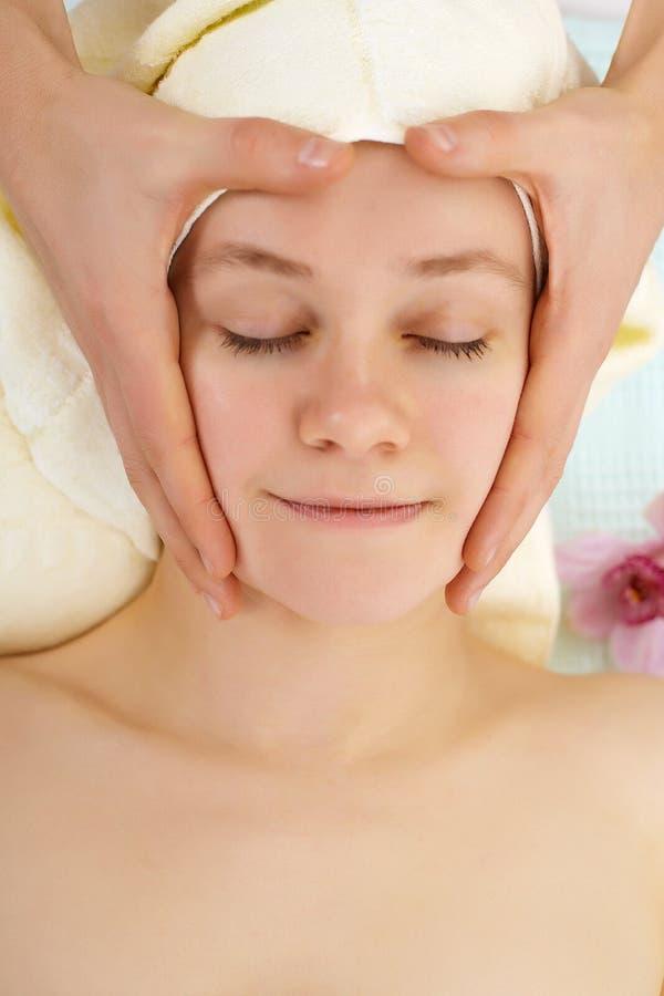 stawia czoło ręk mężczyzna masażu s kobiety zdjęcie stock